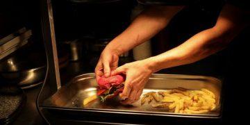 Un chef prepara comida en base a una dieta vegana en Reino Unido. REUTERS