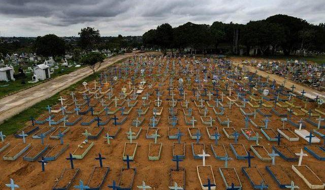 Una vista aérea del Cementerio Parque Tarumã en medio del brote de coronavirus, en Manaos, Brasil. Febrero 25 de 2021. REUTERS