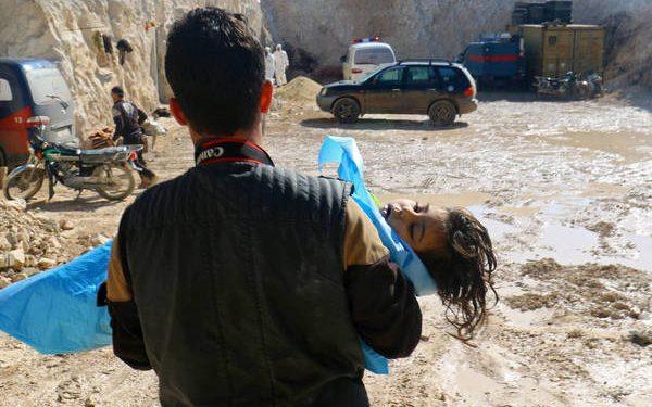 Un hombre carga el cadáver de un niño luego de un ataque con armas químicas en el pueblo de Jan Sheikun | REUTERS