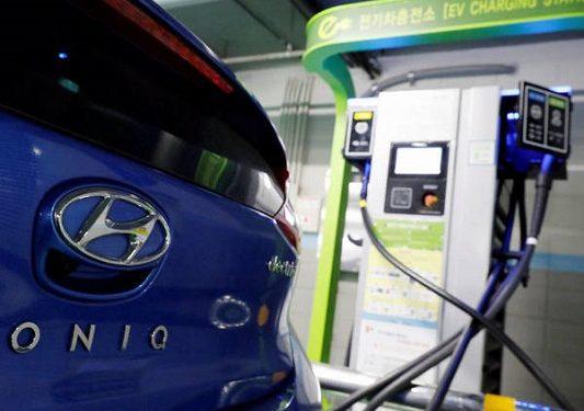 Coche eléctrico de Hyundai. En España, los 10 coches eléctricos más vendidos en febrero de 2021 fueron: Tesla Model 3, Peugeot e-208, Kia e-Niro, Nissan Leaf, SEAT Mii electric, Peugeot e-2008, Mini Cooper SE, Renault ZOE, Volkswagen ID3 y el Hyundai Kona Electric | REUTERS