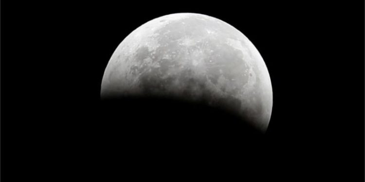 Es necesario producir oxígeno localmente si queremos que los humanos hagan presencia a largo plazo en misiones a la Luna. REUTERS