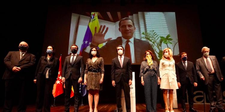 Juan Guaidó recibe el premio a la Libertad de la mano del expresidente español José María Aznar