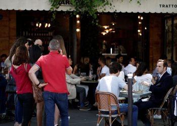 La gente espera para almorzar en la terraza de un restaurante en París el primer día que los restaurantes y cafés reabren  / REUTERS/Benoit Tessier