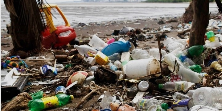 Los envases y botellas comprimibles de polietileno blando fueron reemplazando el vidrio. En 1950, la producción mundial anual de plástico fue de 2 millones de toneladas métricas. Hasta 2015 se produjo cada año un promedio de 7.800 millones de toneladas métricas de plástico. El 80% terminó en un vertedero o en el medioambiente