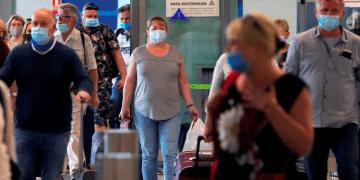 Turistas con mascarillas llegando desde Polonia al aeropuerto de Málaga, España. REUTERS