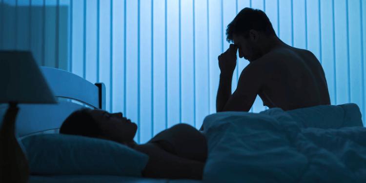 Nuevo estudio revela que escuchar música antes de dormir puede perjudicar el sueño profundo