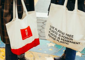 Cada vez más empresas optan por ofrecer bolsas de algodón reutilizables para evitar las bolsas de plástico, tan dañinas para el medioambiente