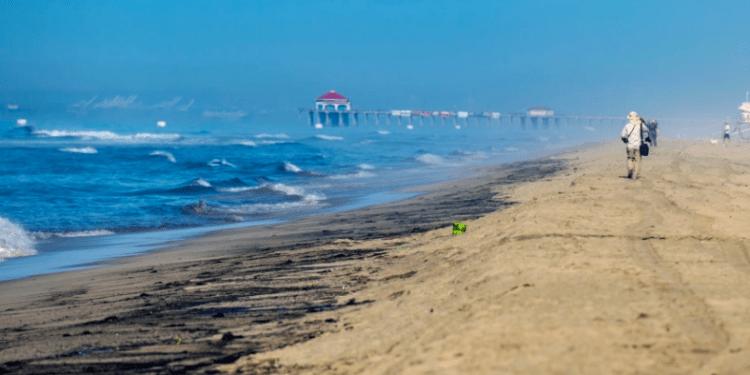 La mañana del sábado se reportó uno de los mayores derrames de petróleo en la costa sur de California