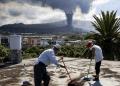 La lluvia amenaza con caer en La Palma. Duplican esfuerzos para limpiar superficies llenas de ceniza que emana el volcán y evitar derrumbes