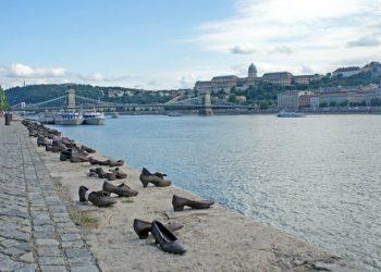 El Monumento de los Zapatos en Budapest, al borde del Danubio. La obra pretende recordar la barbarie que tuvo lugar en la ciudad durante la segunda guerra mundial | Shutterstock